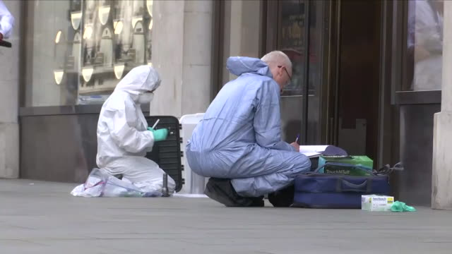 vidéos et rushes de exterior shots of forensics officers wearing protective clothing and taking samples as they investigate a robbery at watches of switzerland in... - expertise médicolégale