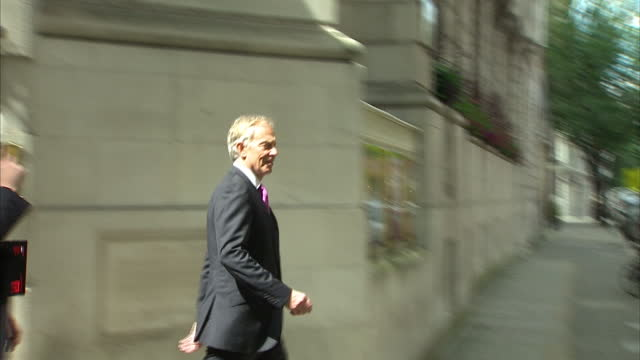 vídeos de stock e filmes b-roll de exterior shots of former prime minister tony blair walking from number four millbank to a waiting car on july 03, 2016 in london, england. - número 4