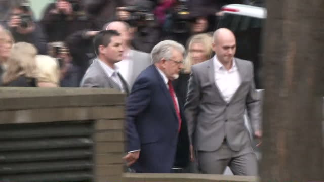 vidéos et rushes de exterior shots of former television presenter rolf harris departing southwark crown court surrounded by bodyguards and family members rolf harris... - entourer