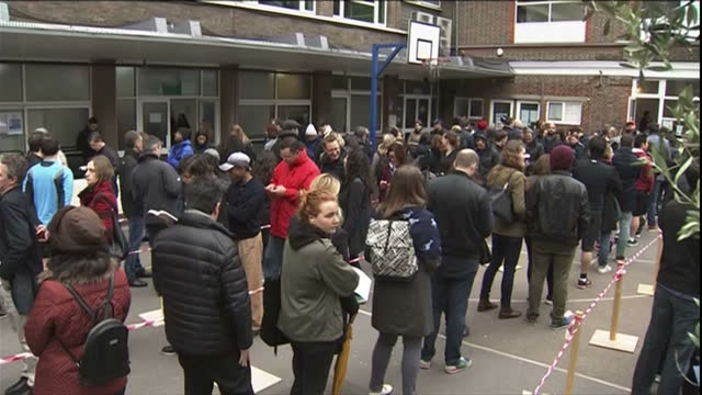 vidéos et rushes de exterior shots of french expats resident in the uk queuing up outside of the french embassy to cast their votes in the presidential election on may... - lieux géographiques