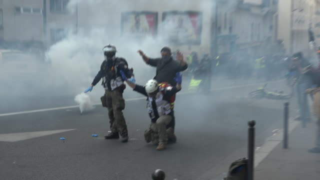 exterior shots of french national gendarmerie armed police arresting people at yellow jackets protest on 1st may 2019 in paris, france. - テロリズム点の映像素材/bロール