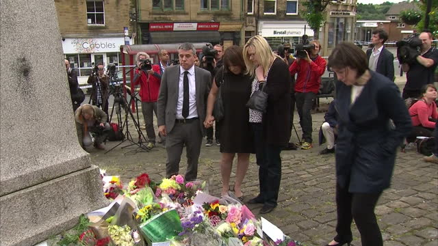 exterior shots of friends of jo cox including paula sheriff mp, lucy powell mp & jeff smith mp looking at tribute flowers left for jo cox in... - jo cox politikerin stock-videos und b-roll-filmmaterial