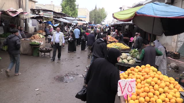stockvideo's en b-roll-footage met exterior shots of fruit and vegetable stalls at a bustling marketplace in idlib on october 29 2015 in idlib syria - terrorisme