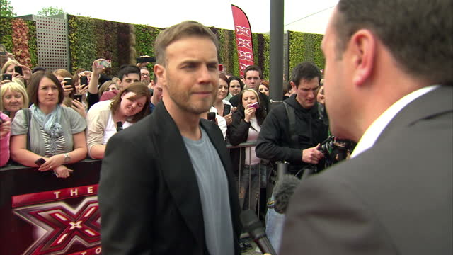 vidéos et rushes de exterior shots of gary barlow musician take that new judge arriving at first x factor auditions posing for photos and talking to press gary barlow... - take that