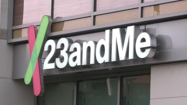 vídeos de stock, filmes e b-roll de exterior shots of genetics company 23andme in mountain view ca wide shots of the whole building close ups of the signage cars driving by and people... - origens