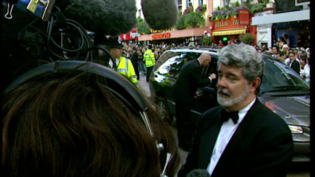 vídeos de stock, filmes e b-roll de exterior shots of george lucas posing for photos at the premiere of star wars episode i the phantom menace on july 14 1999 in london england - george lucas