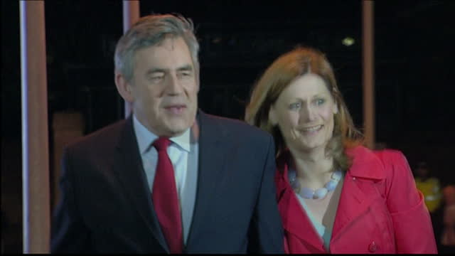 exterior shots of gordon and sarah brown arriving at the vote count in kirkaldy during the 2010 general election on may 07 2010 in kirkaldy scotland - elezioni generali video stock e b–roll