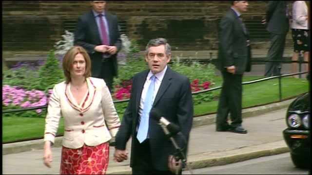 exterior shots of gordon brown and wife sarah brown arriving by car at downing street on his first day as prime minister on 27 june 2007 in london... - ゴードン ブラウン点の映像素材/bロール