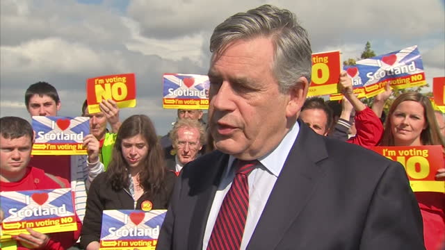 vídeos de stock e filmes b-roll de exterior shots of gordon brown arriving and being interviewed on how people will vote in the upcoming scottish referendum. young voters supporting... - 2014
