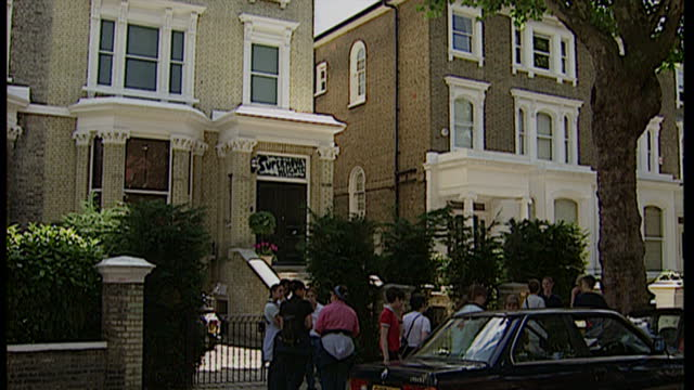 exterior shots of graffiti and fans outside supernova heights, home of oasis lead singer noel gallagher in hampstead on july 22, 1997 in london,... - オアシス点の映像素材/bロール