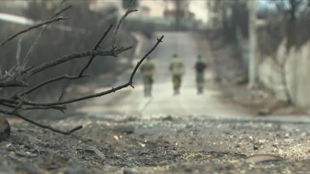 vídeos y material grabado en eventos de stock de exterior shots of greek soldiers in search for unaccounted people after fire disaster on 26 july 2018 in nea makri, greece. - incendios provocados
