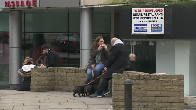 exterior shots of guildford high street with various closed shops and to let signs on buildings during the coronavirus lockdown on 28 february 2021... - high street stock-videos und b-roll-filmmaterial