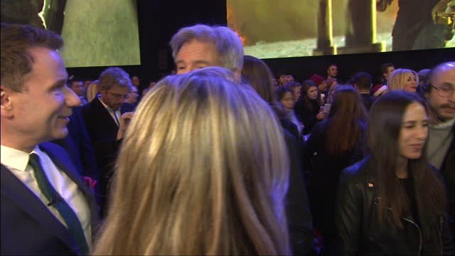 vídeos de stock, filmes e b-roll de exterior shots of harrison ford being interviewed by press on the red carpet of the premiere of star wars: the force awakens at leicester square on... - série de filmes star wars