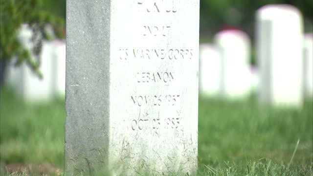 vídeos de stock e filmes b-roll de exterior shots of headstones at arlington national cemetery on june 16 2014 in virginia united states - cemitério nacional de arlington