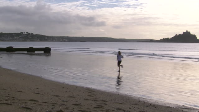 exterior shots of helen glover training on penzance beach on the 25th december 2014, in preparation for the 2016 olympics. - ペンザンス点の映像素材/bロール