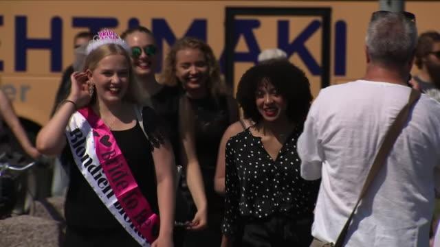 vídeos de stock, filmes e b-roll de exterior shots of helsinki streetscenes including a hen party on july 17 2018 in helsinki finland - despedida de solteira