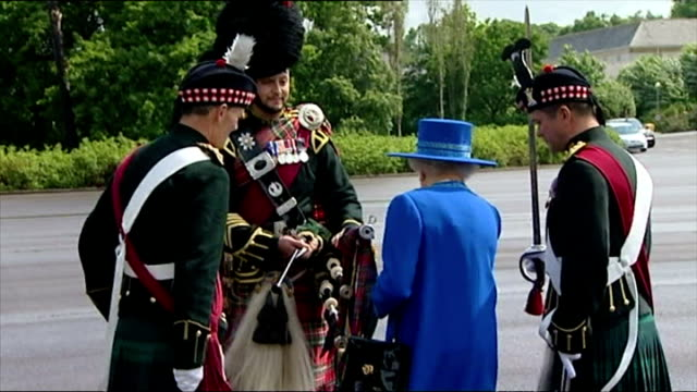 vídeos y material grabado en eventos de stock de exterior shots of her majesty queen elizabeth ii presenting piper with royal pipe banner and talk to soldiers as she does so queen elizabeth ii... - regimiento