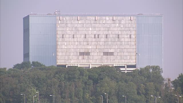 vídeos y material grabado en eventos de stock de exterior shots of hinkley point b nuclear power plant on september 15, 2016 in bridgwater, england. - nuclear energy