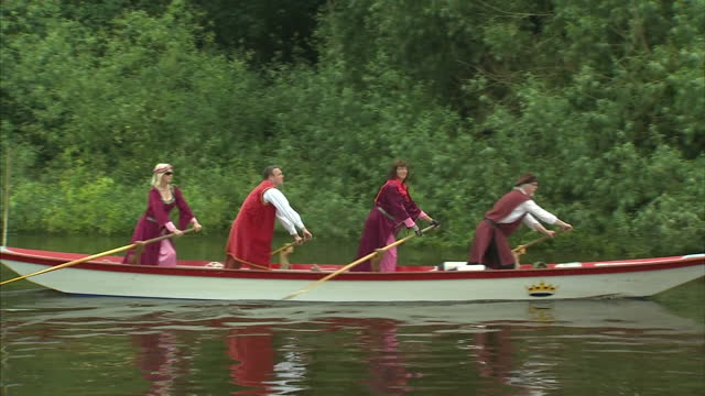 vídeos de stock e filmes b-roll de exterior shots of historical re-enactors in medieval costume rowing along the river thames during flotilla and pageant celebrations commemorating the... - magna carta documento histórico