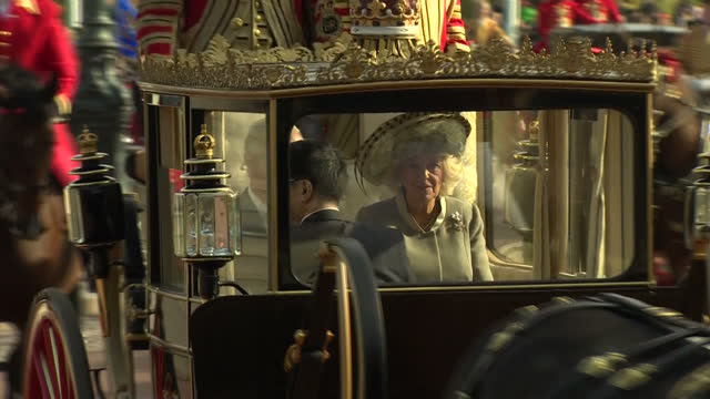 vídeos y material grabado en eventos de stock de exterior shots of hm queen elizabeth 2 and chinese president xi jinping arriving in the diamond jubilee state coach at buckingham palace followed by... - presidente de china