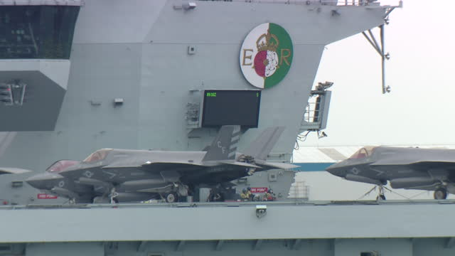 exterior shots of hms queen elizabeth aircraft carrier docked at hm base portsmouth with a compliment of f35b lightnings fighter jets and merlin mk2... - イングランド南東部点の映像素材/bロール
