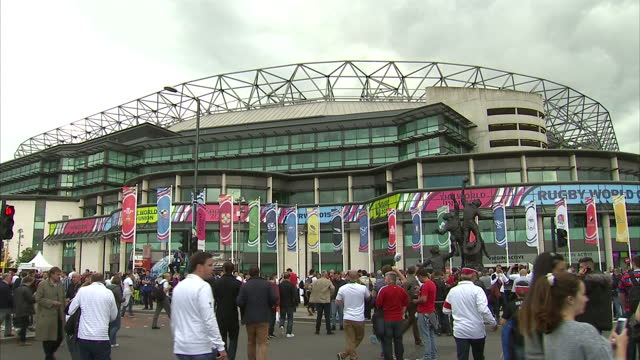 exterior shots of huge crowds of english and welsh rugby fans outside twickenham stadium on the a316 and exterior shots of twickehnham stadium with... - typisch walisisch stock-videos und b-roll-filmmaterial