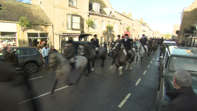 vídeos de stock e filmes b-roll de exterior shots of hunters on horseback heading out on the traditional boxing day heythrop hunt on 26 december 2017 in chipping norton united kingdom - chipping norton england