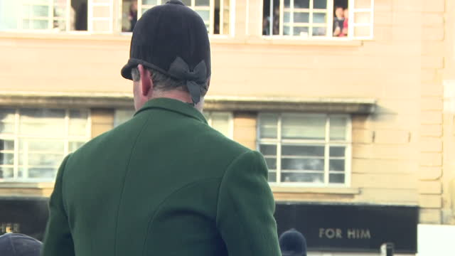 vídeos de stock e filmes b-roll de exterior shots of hunters on horseback waiting outside the fox pub in the centre of chipping norton before the start of the heythrop hunt on 26... - chipping norton england