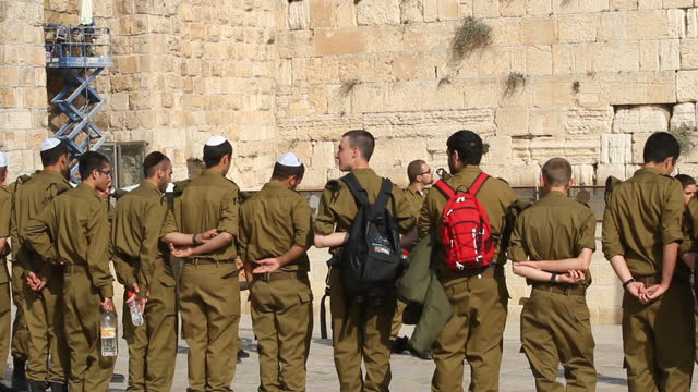 stockvideo's en b-roll-footage met exterior shots of idf soldiers observing a vigil in front of jerusalem's western wall idf soldiers in vigil in front of western wall on november 13... - israëlisch leger