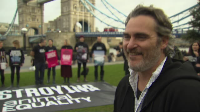 exterior shots of interview on joaquin phoenix on climate protest and veganism on 2nd february 2020 in london, england. - ホアキン・フェニックス点の映像素材/bロール