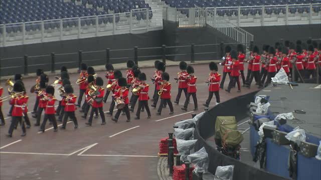 exterior shots of irish guardsmen marching past buckingham palace as part of the queen's diamond jubilee celebrations irish guard march past... - diamantenes jubiläum stock-videos und b-roll-filmmaterial