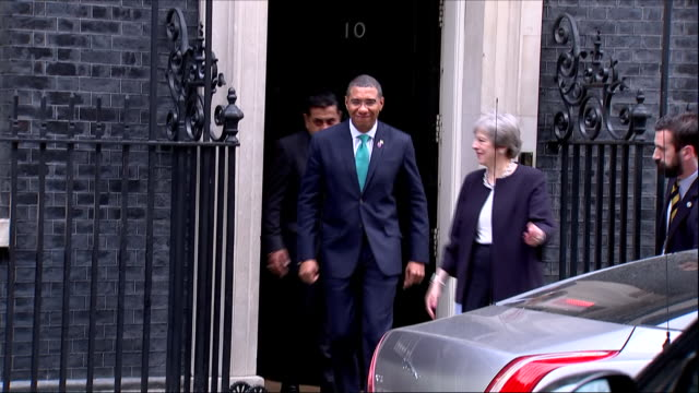 vídeos y material grabado en eventos de stock de exterior shots of jamaican prime minister andrew holness and british prime minister theresa may getting into car on 17 april 2018 in london england - jamaiquino
