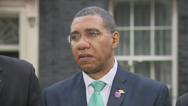 vídeos y material grabado en eventos de stock de exterior shots of jamaican prime minister andrew holness presser outside 10 downing street commenting on the windrush generation immigrants and... - jamaiquino