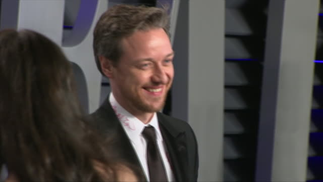 stockvideo's en b-roll-footage met exterior shots of james mcavoy posing on the red carpet of the 2019 vanity fair oscar party on 24th february 2019 in los angeles, united states. n.b.... - oscar party