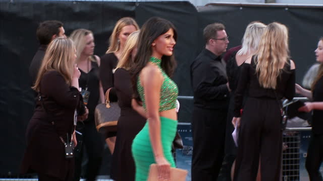 vidéos et rushes de exterior shots of jasmin walia posing for photos on the red carpet at the premiere of deepwater horizon at leicester square on september 26 2016 in... - marée noire