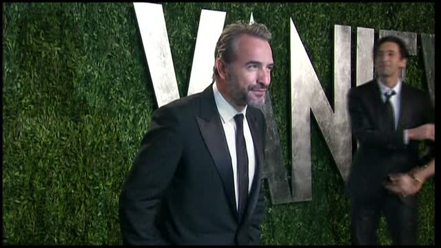 vídeos de stock, filmes e b-roll de exterior shots of jean dujardin posing for photos on red carpet of vanity fair party. vanity fair party arrivals on february 24, 2013 in los angeles,... - jean dujardin