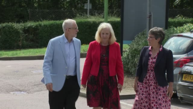 stockvideo's en b-roll-footage met exterior shots of jeremy corbyn arriving at a business centre on 20 august 2019 in stevenage united kingdom - britse labor partij