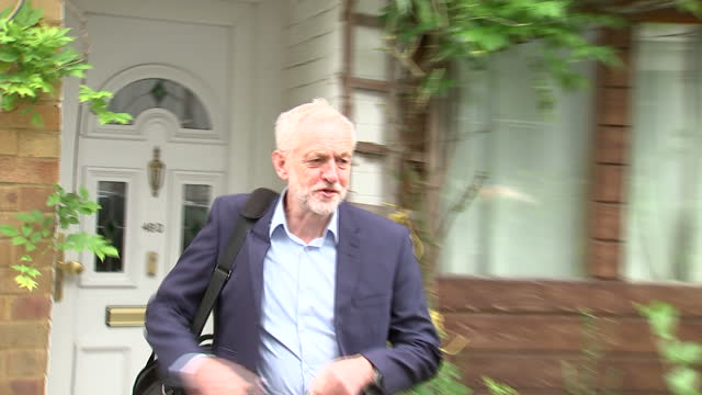 exterior shots of jeremy corbyn departing his house in islington refusing to answer questions about elements of the hard left within the labour party... - イズリントン点の映像素材/bロール