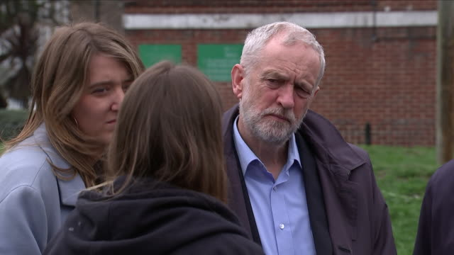 vídeos de stock e filmes b-roll de exterior shots of jeremy corbyn, diane abbott, keir starmer and georgia gould speaking to a community worker at the peckwater centre on 11th april... - kentish town
