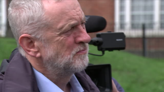 vídeos de stock e filmes b-roll de exterior shots of jeremy corbyn, diane abbott, keir starmer and georgia gould meeting local residents and community workers at the peckwater centre... - kentish town