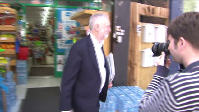 stockvideo's en b-roll-footage met exterior shots of jeremy corbyn labour leader walking to a shop and buying a copy of the daily mirror newspaper being congratulated by members of the... - daily mirror