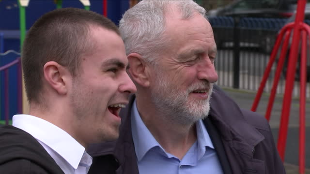 vídeos de stock e filmes b-roll de exterior shots of jeremy corbyn meeting locals and posing for photographs during his visit to the peckwater centre on 11th april 2018 in kentish... - kentish town
