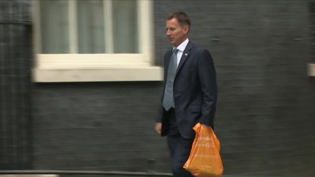 exterior shots of jeremy hunt mp health and social care secretary arriving at downing street and enters number 10 on 12th june 2018 in westminster... - 政治家 ジェレミー ハント点の映像素材/bロール