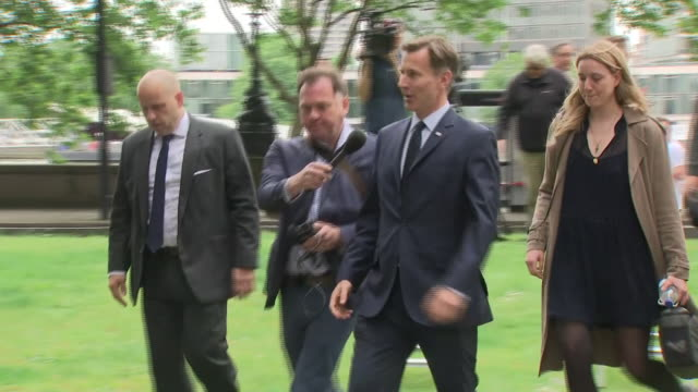 exterior shots of jeremy hunt mp outside the conservative leadership hustings talking to press on june 15 2019 - 政治家 ジェレミー ハント点の映像素材/bロール