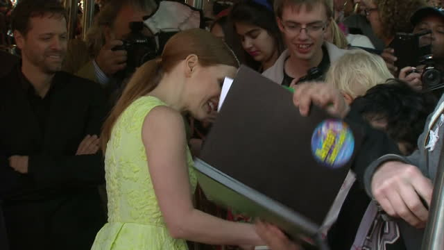 exterior shots of jessica chastain signing autographs on the red carpet for the film premiere of salome and wild salome at bfi southbank on september... - 親筆簽名 個影片檔及 b 捲影像