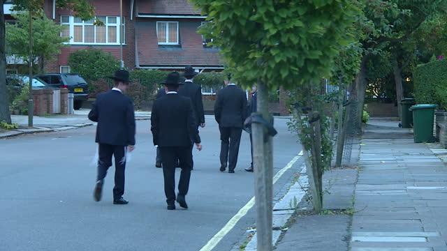 vídeos y material grabado en eventos de stock de exterior shots of jewish men walking into and out of a synagogue in golders green on 20 august 2017 in london united kingdom - golders green