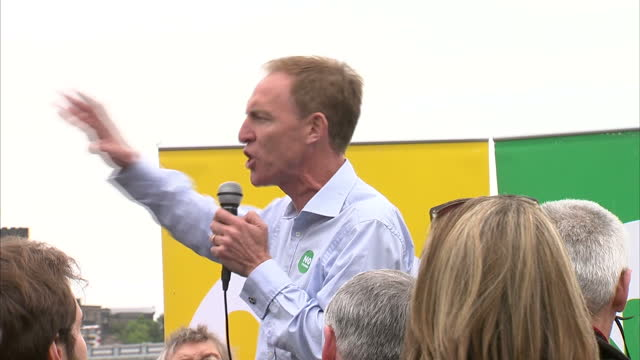 "exterior shots of jim murphy, labour mp, speaking to a ""no thanks"" campaign crowd at the irn bru crate roadshow, including cutaways to a pack of eggs... - 2014 stock-videos und b-roll-filmmaterial"