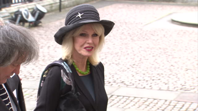 vídeos de stock, filmes e b-roll de exterior shots of joanna lumley and alan yentob arriving for a memorial service for sir terry wogan at westminster abbey on september 27 2016 in... - terry wogan