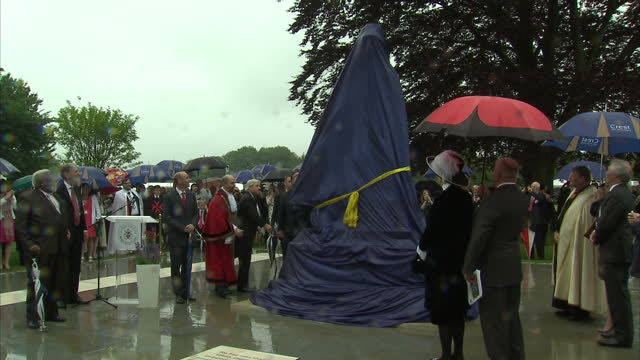 vídeos de stock e filmes b-roll de exterior shots of john bercow, speaker of the house of commons, philip hammond mp and derek cotty, mayor of runnymede struggling to unveil the statue... - magna carta documento histórico