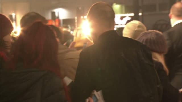 vídeos y material grabado en eventos de stock de exterior shots of jonny lee miller, actor, on the red carpet at the premiere of trainspotting 2 on january 22, 2017 in edinburgh, scotland. - jonny lee miller